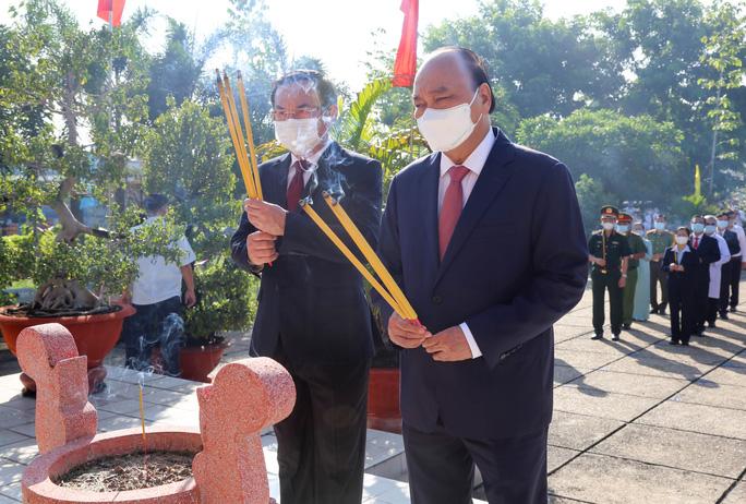 Chủ tịch nước cùng lãnh đạo TP HCM dâng hương, dâng hoa tại di tích Nhà thương Giếng Nước