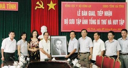 Hà Tĩnh Tiếp nhận bộ ảnh về Cố Tổng Bí thư Hà Huy Tập